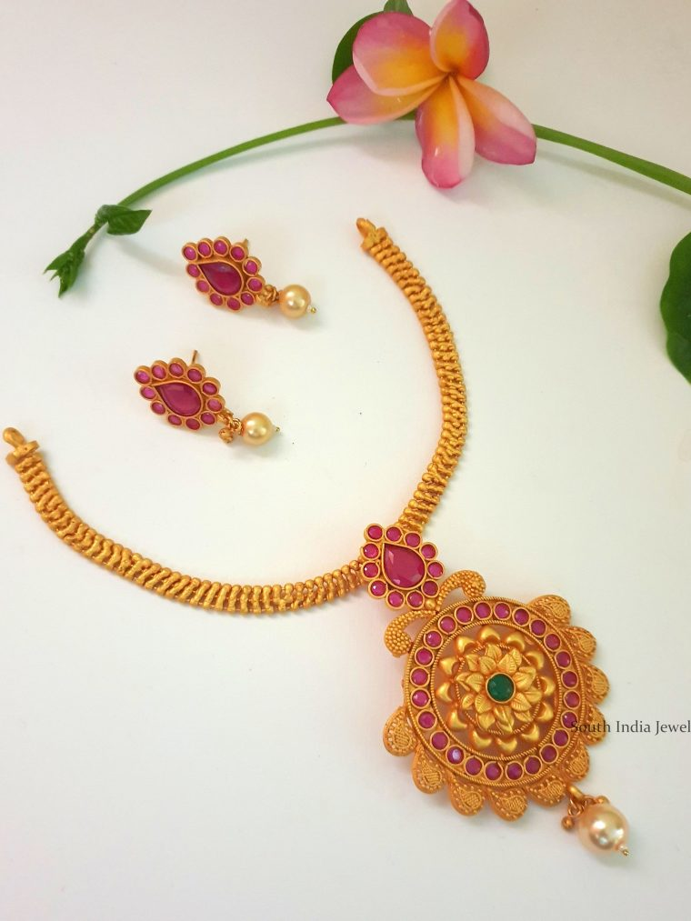 Pretty Flower Design Necklace