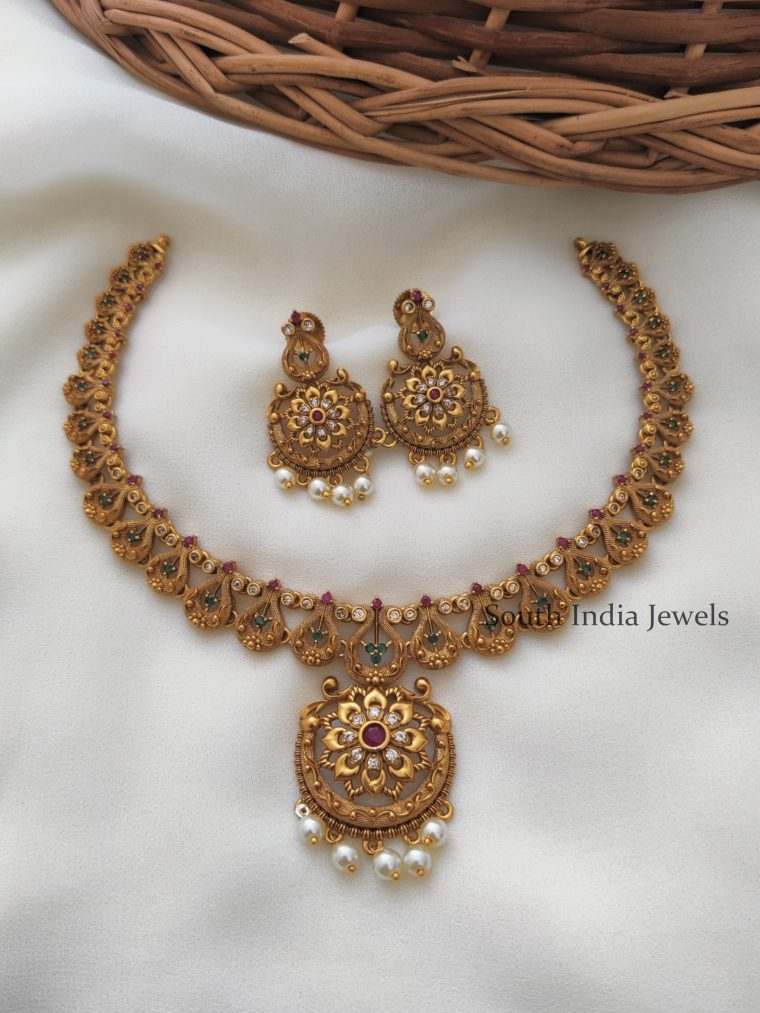 Stunning-Gold-Finish-Floral-Design-AD-Necklace